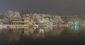 Ansicht der Ufergegend zu Beginn des Winters Stockfoto