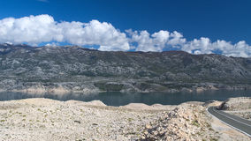 Ansicht der Velebit-Berge von der PAG-Insel Stockfoto
