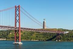Ansicht der vom 25. April Brücke und des Christus das Königmonument in Lissabon, Stockfoto