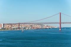Ansicht der vom 25. April Brücke und des Christus das Königmonument in Lissabon, Stockfotos