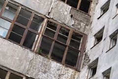 Ansicht der Wände und der leeren Fenster eines verlassenen Gebäudes lizenzfreie stockfotografie