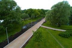 Ansicht der Wege in Moskau im Park im Sommer Lizenzfreies Stockbild
