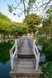 Ansicht der weißen Holzbrücke über dem Kanal mit gefallenem Pin stockfotografie
