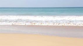Ansicht der Wellen, die auf sandigem Strand von Mirissa, Sri Lanka brechen stock video footage
