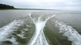 Ansicht der Wellen hinter dem Schnellboot beim durch lakeshore kreuzen stock video footage