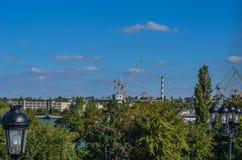 Ansicht der Werft Hohe Portalkräne gegen einen blauen September-Himmel stockbild