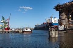 Ansicht der Werfte und des Schiffs im Dock. Stockfotografie