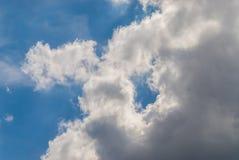 Ansicht der Whitwolken und des blauen Himmels lizenzfreies stockbild