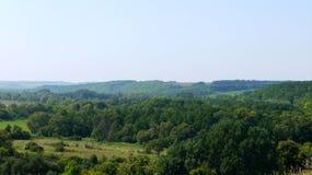 Ansicht der Wiese von der Spitze des Hügels lizenzfreies stockbild