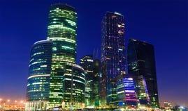 Ansicht der Wolkenkratzer der Moskau-Stadt nachts Lizenzfreie Stockbilder