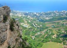 Ansicht der Yalta-Stadt von der Steigung der Aj-Petri Montierung Lizenzfreies Stockfoto