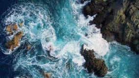 Ansicht der Zeitlupespitze unten von Wellen und von clifs stock video footage