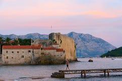 Ansicht der Zitadelle der alten Stadt von Budva und von Sveti Nikola Island an Lizenzfreie Stockfotos