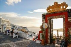 Ansicht des Ägäischen Meers auf der Insel von Santorini und der Eingang zur berühmten Cocktailbar Palia Kameni lizenzfreies stockbild