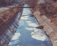 Ansicht des Abwassers, der Verschmutzung und des Abfalls in einem Kanal Stockbild