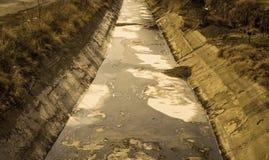 Ansicht des Abwassers, der Verschmutzung und des Abfalls in einem Kanal Lizenzfreie Stockfotos