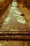 Ansicht des Abwassers, der Verschmutzung und des Abfalls in einem Kanal Stockfotografie