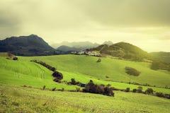 Ansicht des Ackerlands und der nebelhaften Berge von EL Torcal, Antequera (Spanien) Lizenzfreie Stockbilder