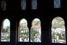 Ansicht des Albicin-Bezirkes von Granada, Spanien, von einem Fenster im Alhambra-Palast Lizenzfreie Stockbilder