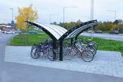Ansicht des allgemeinen Parkplatzes für Fahrräder mit Dachschutz 3d übertragen Bild Städtisches Konzept Stockfotografie