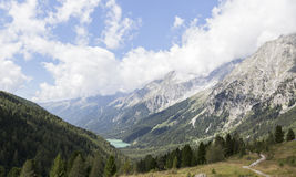 Ansicht des alpinen Gebirgszugs, des Tales und des Sees. Stockbilder