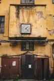 Ansicht des Altbaus mit anciant Uhr Lizenzfreie Stockbilder