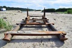 Ansicht des alten Bootes nahe dem Meer auf dem Sand Stockbild