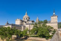 Ansicht des alten Klosters von San Lorenzo de El Escorial vom Garten, Spanien lizenzfreie stockfotos