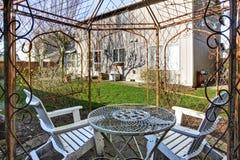 Ansicht des alten Metallgazebo im Hinterhof Stockfoto