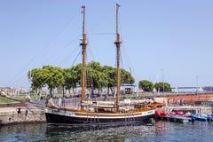 Ansicht des alten Segelschiffs am Hafen olympisch lizenzfreies stockfoto