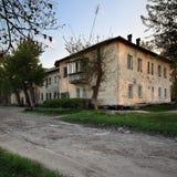 Ansicht des alten zwei-storeyed Hauses im Sommer Lizenzfreie Stockfotos