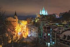 Ansicht des Andreevsky Abfall und St- Andrew` s Kirche am Hintergrund am Winterabend lizenzfreies stockfoto