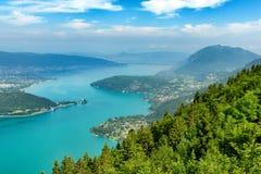Ansicht des Annecy Sees in den französischen Alpen Stockbild