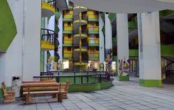 Ansicht des Außenwohngebäudes mit bunten Farben und Zeichnungen Lizenzfreie Stockfotos
