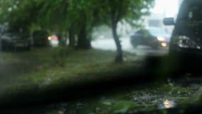 Ansicht des Autos, dass es Zeit zu einem Hagel-Regen ist stock video