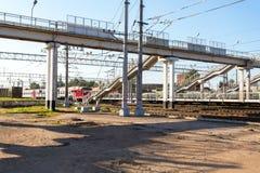 Ansicht des Bahnhofs Okulovka am sonnigen Tag des Sommers Lizenzfreie Stockfotografie