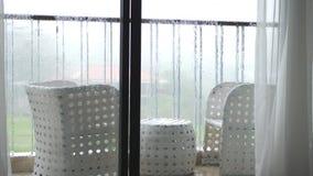 Ansicht des Balkons mit Tabelle und der St?hle im auslaufenden Regen mit windigem Langsame Bewegung 3840x2160 stock footage