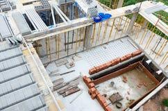 Ansicht des Bauens von neuen konkreten Häusern Stockfoto