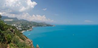 Ansicht des Berges auf einem schönen Meer Lizenzfreie Stockbilder