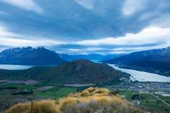 Ansicht des Berges, des Sees und der drastischen Wolken bei Sonnenuntergang Lizenzfreie Stockfotografie