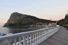 Ansicht des Berges Koba-Kaya von der Küstenpromenade im Th Lizenzfreies Stockfoto