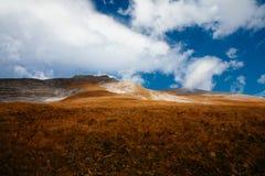 Ansicht des Berges mit blauem Himmel von hoher alpiner Straße Grossglockner in Österreich lizenzfreie stockbilder