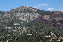 Ansicht des Berges mit Stadt Stockbild