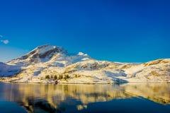 Ansicht des Berges reflektierend im Wasser auf Lofoten-Inseln lizenzfreie stockfotos