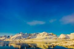 Ansicht des Berges reflektierend im Wasser auf Lofoten-Inseln stockfotografie