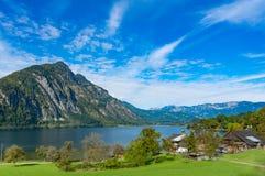 Ansicht des Berges und des Sees in städtischem von Österreich Lizenzfreies Stockbild
