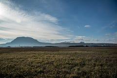 Ansicht des Berges von der Steppe lizenzfreie stockbilder