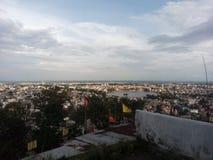 Ansicht des Berges zur Stadt lizenzfreie stockfotografie