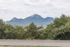 Ansicht des Bergs Beshtau durch Mashuk in Pyatigorsk, Russland Lizenzfreies Stockfoto