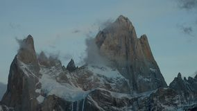 Ansicht des Bergs Fitz Roy und in den Nationalpark Nationalpark Los Glaciares bei Sonnenaufgang Herbst im Patagonia, stock footage